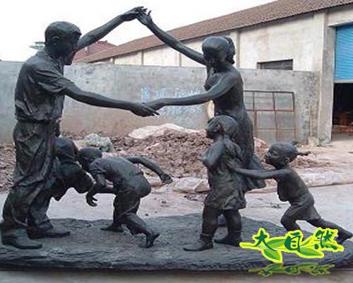 人物嬉戏玻璃钢雕塑
